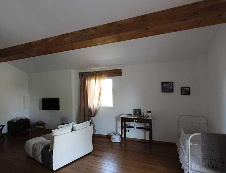 Le coin salon avec tv à écran plat de la chambre d'hôtes La Grange