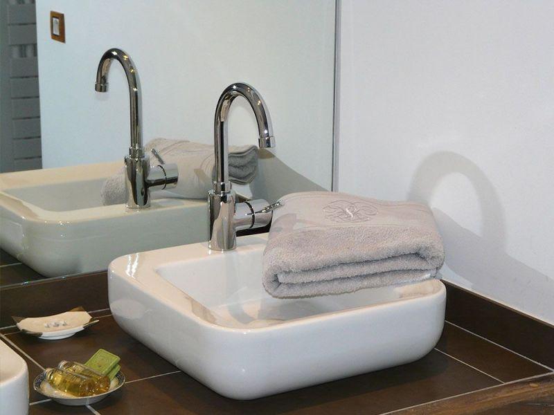 La salle de bain de la chambre d'hôtes avec wc séparé