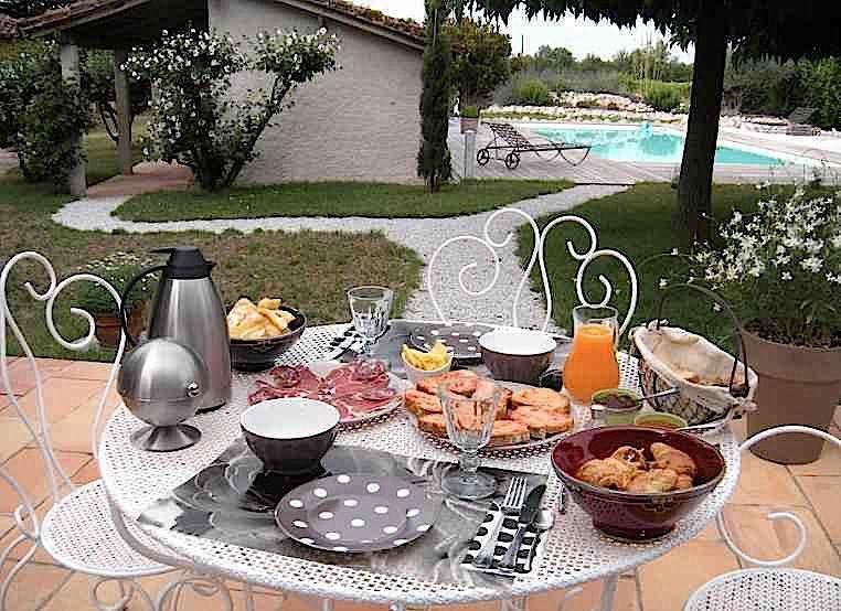 Le petit déjeuner sur la terrasse des chambres d'hôtes de la Frejade