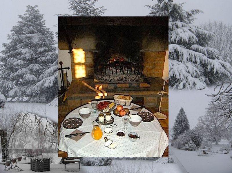 Le petit déjeuner au coin du feu pour les escapades hivernales en chambre d'hôtes