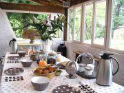 Le petit déjeuner servi sous la véranda
